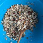 Für die Müsliriegel, alle Zutaten in einer Schüssel vermischen
