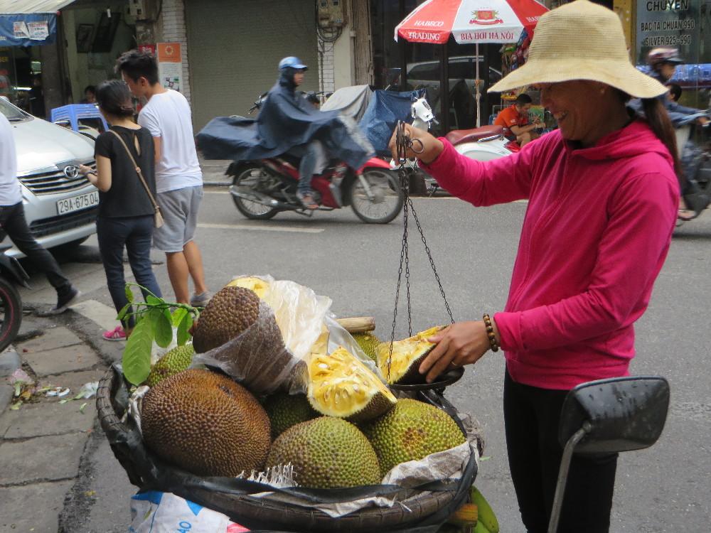Vietnamesische Obsthändlerin mit einer Jackfruit