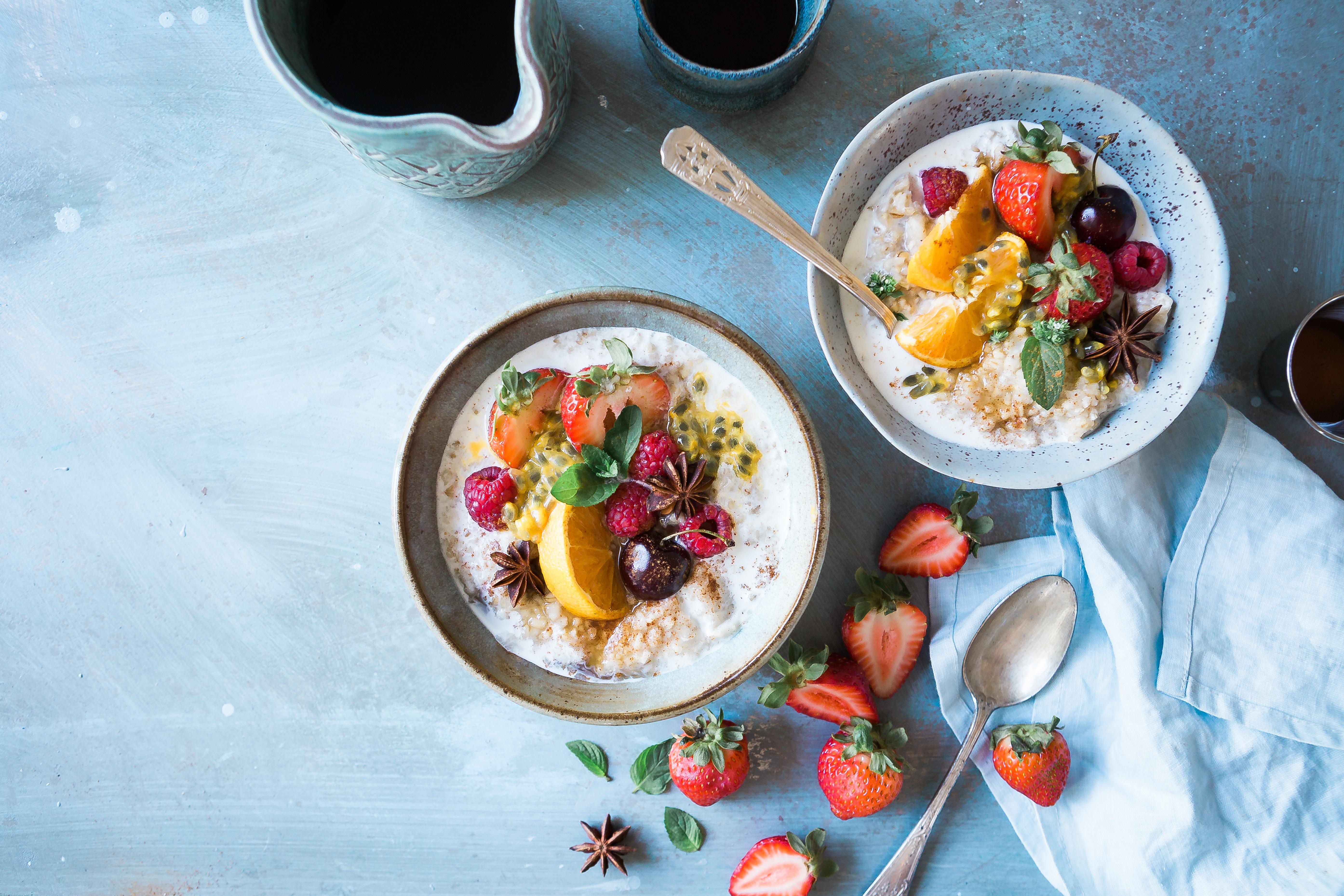 Gesunde Frühsücks Bowl aus Getreide und Früchten